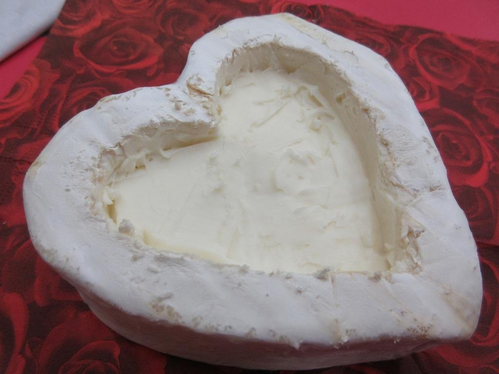 ②とろけたチーズが混ざりやすいように深めに掘ります。もちろん、くりぬいた部分のチーズはそのままお召し上がり頂けますよ♪
