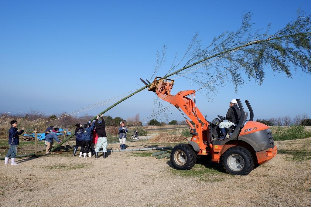 17メートルの高さのある大きな竹を立て掛けます。