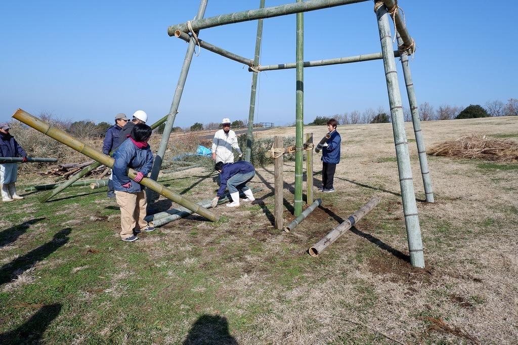 体力に自信のある!?牧場スタッフ総出で竹や藁を運び設営しました★