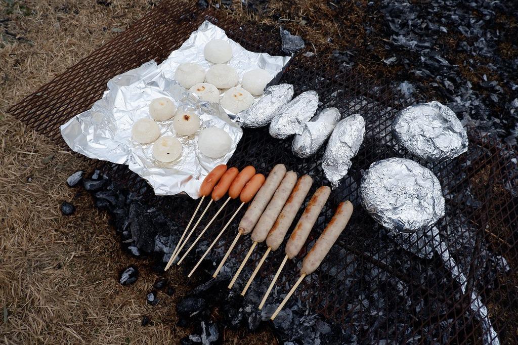 各自でお餅など準備されまますと、熾火でじっくり焼いて食べれますよ~