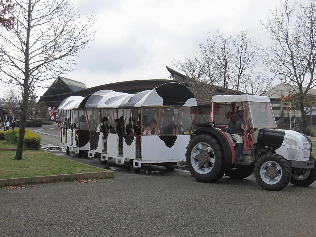 トラクターバスで牧場の畑へGo!!