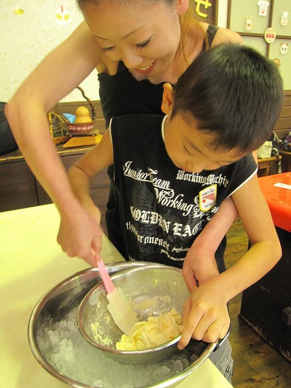 お母さんと協力して『美味しい、アイスにな~れ♪』。