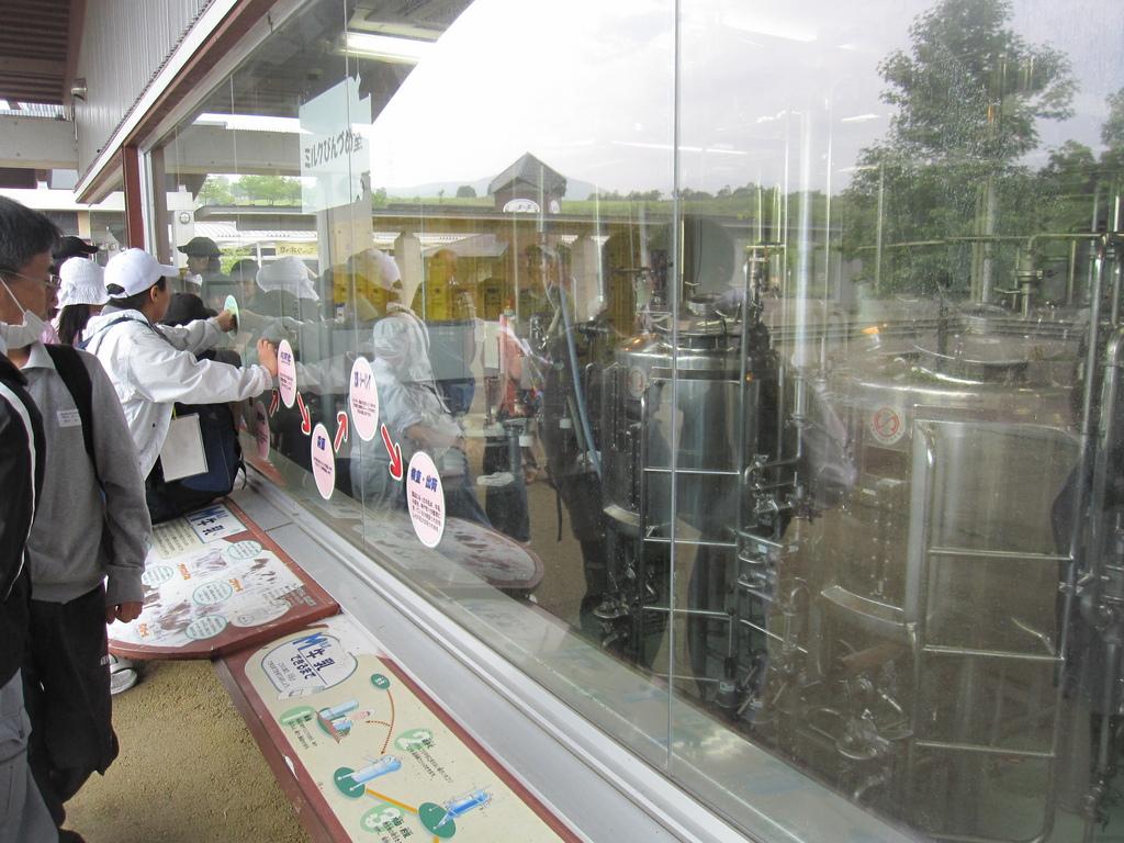 ミルク工場はガラス張りになっていますので、外から見学できます。
