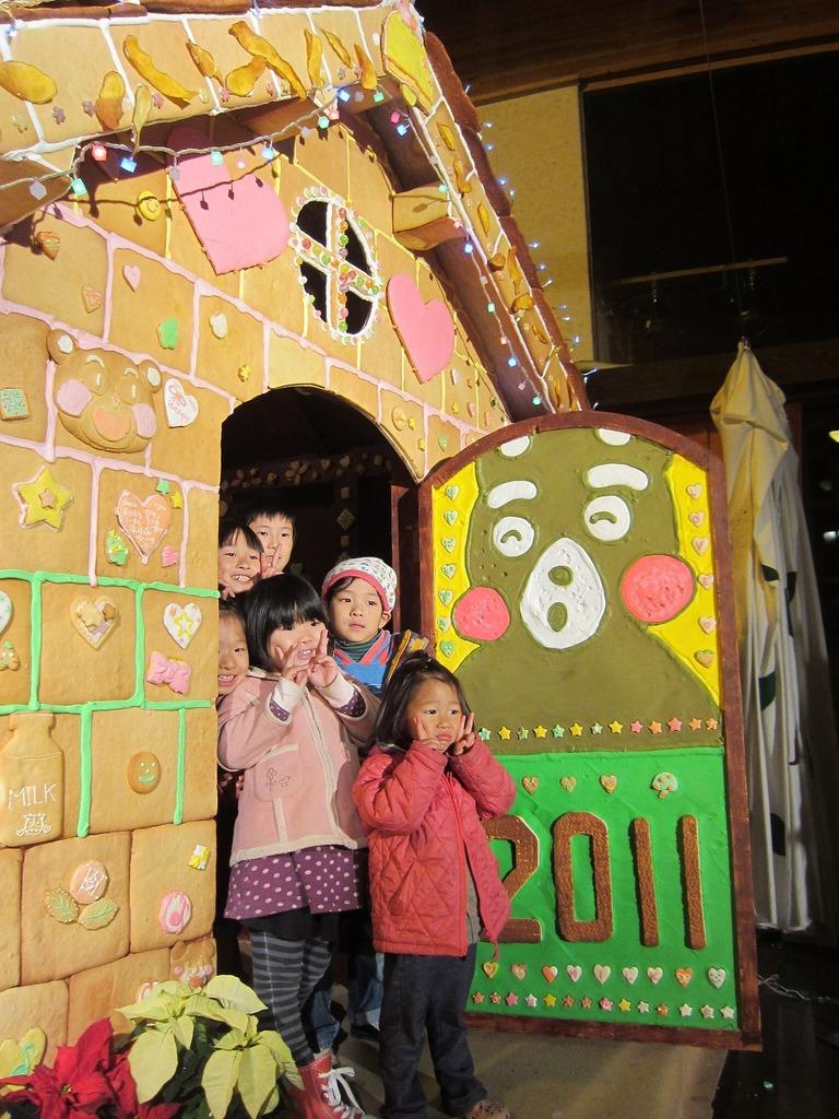 お披露目会の後のパシャリ☆この日は特別に中にも入ることが出来、子ども達も笑顔いっぱいでした!