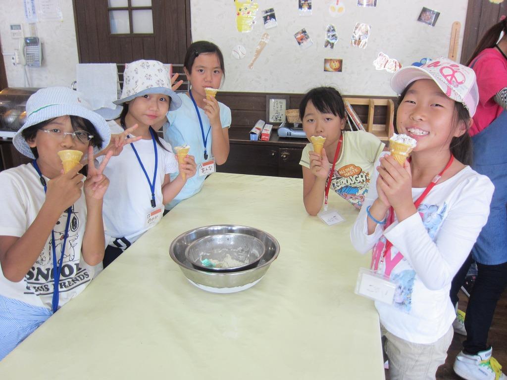 キャンプでしか味わえない贅沢ミルクアイスづくりに挑戦!!(チョコバナナ入り)