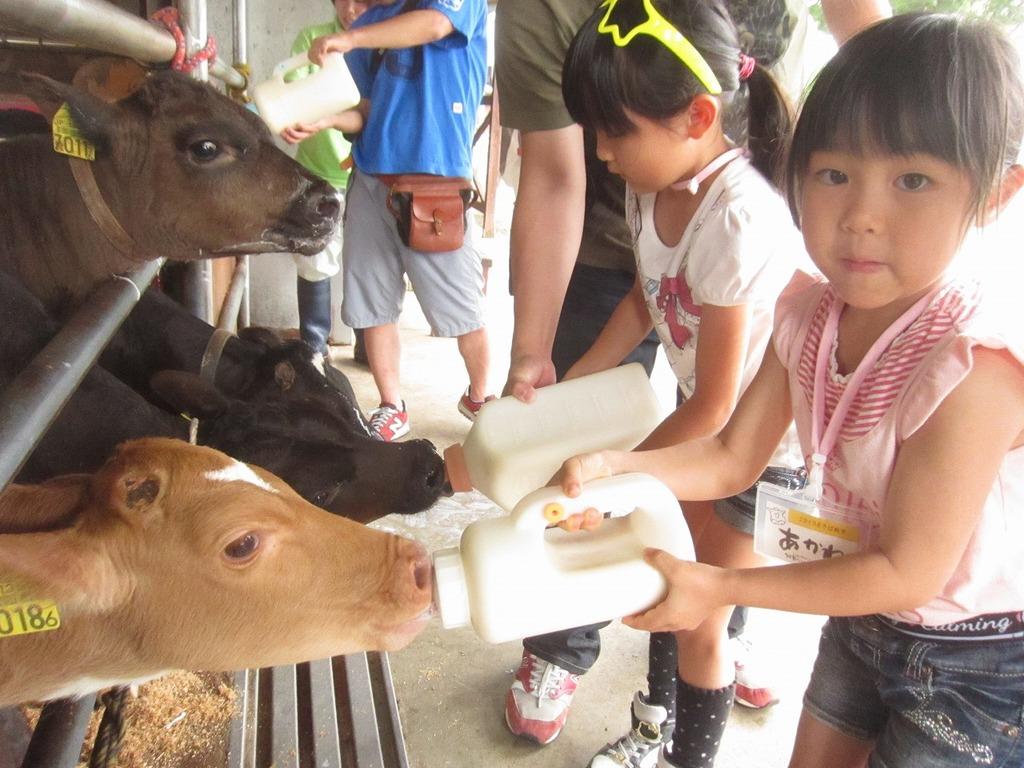 お母さんになった気持ちで、一生懸命ミルクをあげました♪