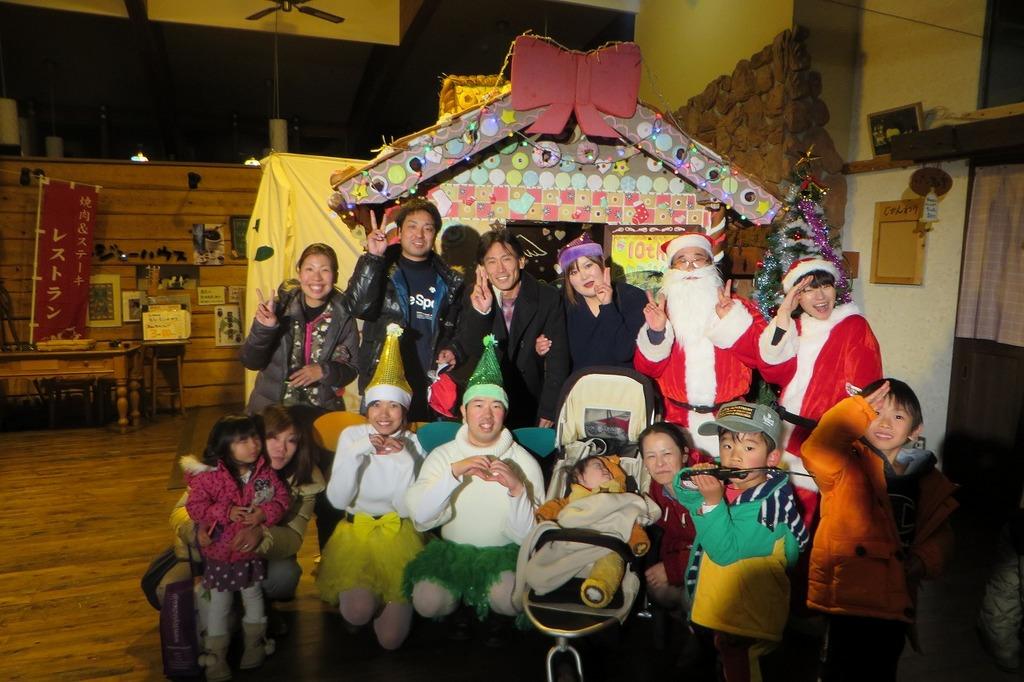 牧場スタッフ劇団USHIのメンバーとお菓子の家の前でパシャッ☆