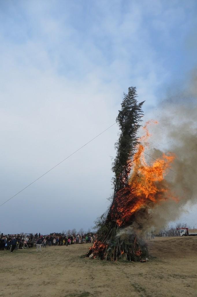 大きく燃え上がる炎。燃える音が激しいほど景気がいいそうです☆